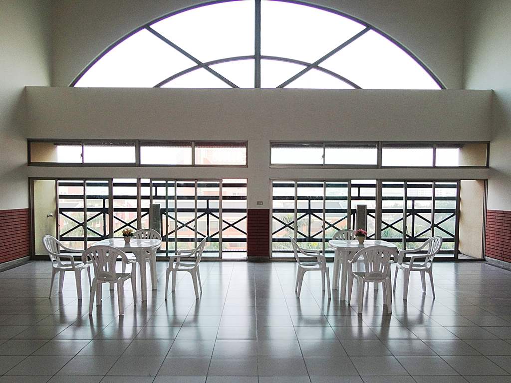 desks for students on the 7th floor atrium
